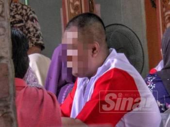 Salah seorang banduan akhir kelihatan tenang ketika diberi peluang berjumpa keluarganya.