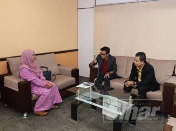 Ahmad Hambali (tengah) berbual dengan salah seorang usahawan LZNK di Menara Zakat, di sini, baru-baru ini.