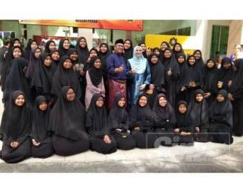 Mohd Fauzi turut meraikan pelajar dari Maahad Tahfiz dan Akademik Bakip, Meru Raya yang hadir ke majlis tersebut, hari ini.