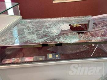 Empat lelaki berjaya melarikan barang kemas yang dianggarkan bernilai RM500,000 dari sebuah kedai emas di Batu 16, Rawang, petang tadi.
