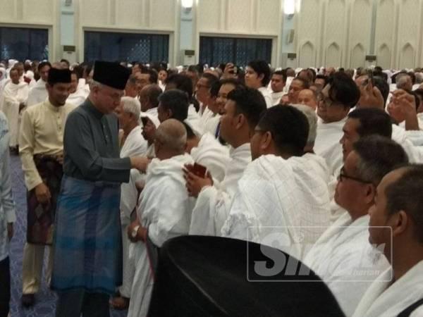 Sultan Nazrin bersalaman dengan bakal jemaah haji dari Perak yang hadir ke majlis Perasmian Kursus Perdana Haji Peringkat Negeri Perak bagi musim haji 1440/2019 di Masjid Sultan Azlan Shah, di sini, hari ini.
