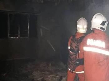 Anggota bomba berusaha memadamkan api di rumah flat terbabit yang berlaku awal pagi tadi. - Foto Ihsan Bomba