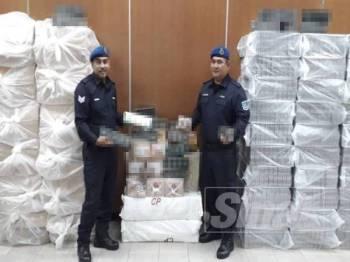 Pelbagai jenis rokok seludup dianggar bernilai RM275,666.40 dirampas PPM Pelabuhan Klang dalam serbuan di Puchong dan Seri Kembangan, Selangor, semalam.
