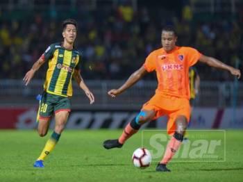 Fazrul Danel (kiri) antara bakat yang telah diletakkan nilai tebus RM3 juta pada awal musim oleh KFA. - FOTO AHMAD ZAKI OSMAN