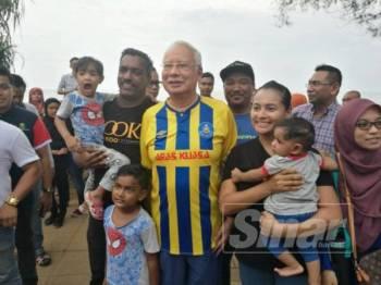 Najib merakamkan gambar kenangan bersama masyarakat pada Program Santai Lepaking Bersama Malu Apa Bossku di Teluk Cempedak di sini, hari ini. - Foto Sinar Harian