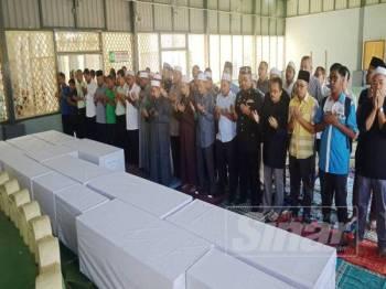 Kesemua jenazah selamat disembahyangkan dan dibawa ke Tanah Perkuburan Islam Kampung Kuala Koh untuk dikebumikan.