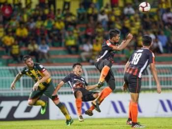 Pertahanan Felda United mengeluarkan bola dari kawasan bahaya sebelum sampai kepada penyerang Kedah, Fernando Ortega (kiri). - Foto FB KFA