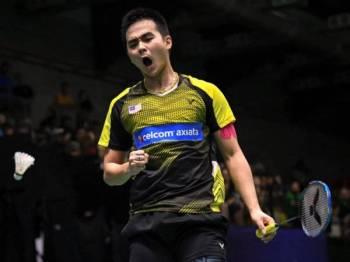 Soong Joo Ven bersorak gembira ketika menentang rakan senegara, Cheam Jun Wei pada pusingan akhir badminton perseorangan Lelaki 2019 Victor Malaysia International Series di Arena Badminton hari ini. - FOTO BERNAMA