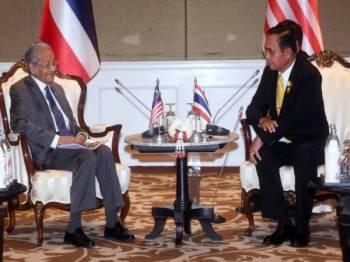 Perdana Menteri, Tun Dr Mahathir Mohamad dan Perdana Menteri Thailand Prayut Chan-o-Cha mengadakan pertemuan untuk memperkuat kerjasama dua hala dan menggalakkan perdagangan dan pelaburan antara kedua-dua negara dalam Sidang Kemuncak ASEAN ke-34. - Foto Bernama