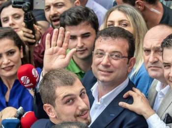 Datuk Bandar Istanbul yang baharu, Ekrem Imamoglu melambai kepada para penyokongnya. - Foto AFP