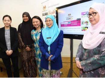 Timbalan Perdana Menteri Datuk Seri Dr Wan Azizah Wan Ismail (empat, kiri) ketika merasmikan Kempen Kesedaran Pendidikan Seks dalam kalangan kanak-kanak melalui media sosial Youtube di Kementerian Pembangunan Wanita Keluarga dan Masyarakat (KPWKM) hari ini. Foto: Bernama