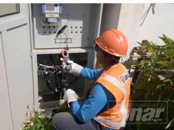 Kakitangan TNB memotong bekalan elektrik bagi mengelak kilang plastik haram terbabit beroperasi semula.