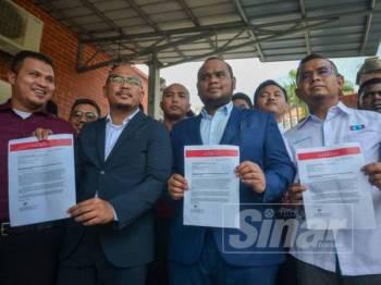 Pemuda Harapan menunjukkan salinan surat mendesak tindakan tegas dikenakan ke atas UMNO yang dihantar kepada RoS, hari ini. Foto: SHARIFUDIN ABDUL RAHIM