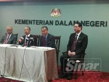 Dzulkefly (dua dari kanan) ketika ditemui pada sidang media di KDN, hari ini.