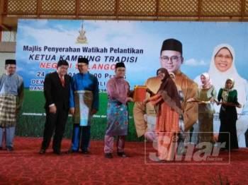 Amirudin menyampaikan watikah pelantikan kepada salah seorang daripada 292 Ketua Kampung Tradisi Selangor di Dewan Jubli Perak, Pejabat Setiausaha Kerajaan Negeri Selangor (SUK) hari ini.