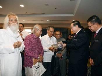 Menteri Kewangan Lim Guan Eng (dua, kanan) beramah mesra bersama para Sasterawan Negara pada Majlis Penyerahan Cek Elaun Sara Hidup Kepada Sasterawan Negara di Kementerian Kewangan hari ini. - FOTO BERNAMA