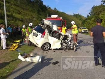 Anggota bomba menjalankan operasi mengeluarkan mangsa nahas kemalangan yang tersepit dalam Perodua Myvi di Gerik hari ini.