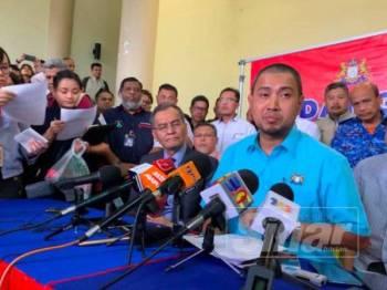 Dzulkefly (kiri) dan Sahruddin (kanan) pada sidang media di Pusat Gerakan Operasi Pemantauan di Stadium Tertutup Majlis Perbandaran Pasir Gudang.