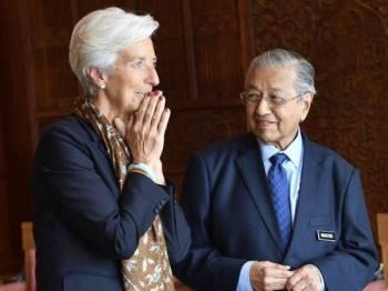 Perdana Menteri Tun Dr Mahathir Mohamad (kanan) beramah mesra bersama Christine Lagarde ketika menerima kunjungan Pengarah Urusan Tabung Kewangan Antarabangsa (IMF) itu di pejabat beliau di Bangunan Perdana Putra hari ini. - Foto Bernama