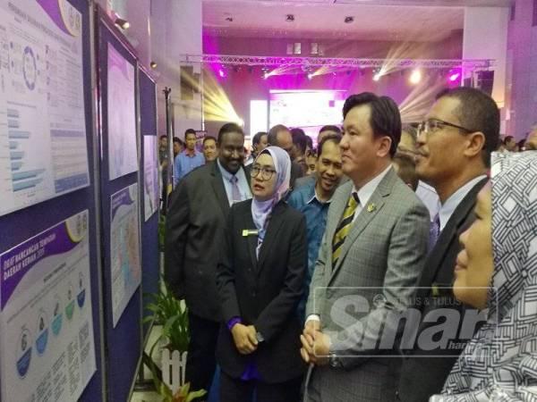 Choo Kiang (dua dari kanan) diiringi Helmi kanan) meninjau sebahagian Draf Rancangan Tempatan Daerah Kerian 2035 dipamerkan kepada orang awam hari ini.