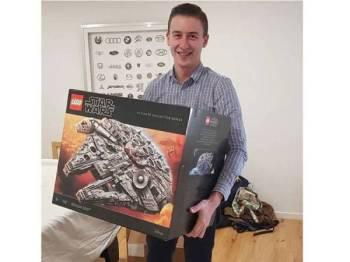 Mangleson bersama Lego miliknya di Brisbane, Australia.