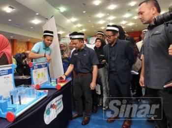 Maszlee (tengah) merasmikan Kolokium Pendidikan Sains, Teknologi, Kejuruteraan dan Matematik (STEM) Kebangsaan 2019 di Universiti Malaysia Pahang hari ini.