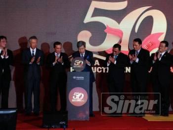 Sultan Sharafuddin berkenan menyempurnakan Majlis Meraikan 50 Tahun Pengeluaran Kenderaan Toyota di Malaysia di kilang pemasangan terbaharu kenderaan itu di kawasan perindustrian Bukit Raja, hari ini.
