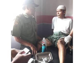 Mangsa menerima rawatan selepas cedera digigit buaya ketika hendak membuang air besar di Sungai Kuantan.