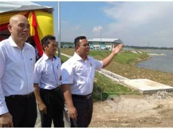 Amirudin (kanan) menunjukkan LRA Labohan Dagang Fasa 1 yang boleh menampung keperluan bekalan air khususnya untuk penduduk Kuala Langat.