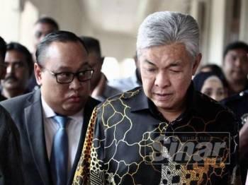Presiden UMNO, Datuk Seri Dr Ahmad Zahid Hamidi meninggalkan Kompleks Mahkamah Jalan Duta di sini hari ini. - FOTO ZAHID IZZANI