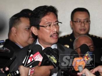 Timbalan Ketua Pesuruhjaya (Operasi) Suruhanjaya Pencegahan Rasuah Malaysia (SPRM), Datuk Seri Azam Baki (kiri) bercakap pada media di hadapan Mahkamah Sesyen Jenayah 9, Mahkamah Kuala Lumpur di sini hari ini. - FOTO ZAHID IZZANI