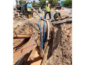 Kerja-kerja pembaikan paip utama di Persiaran Selangor, Seksyen 15 Shah Alam sedang giat dijalankan.