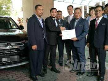 Aminuddin menyampaikan kereta kepada salah satu jabatan dan agensi kerajaan terlibat di Wisma Negeri hari ini.