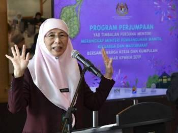 Timbalan Perdana Menteri Datuk Seri Dr Wan Azizah Wan Ismail yang juga Menteri Pembangunan Wanita, Keluarga dan Masyarakat berucap pada program perjumpaan bersama warga kerja dan kumpulan sasar Kementerian Pembangunan Wanita Keluarga dan Masyarakat (KPWKM) di KPWKM hari ini. Foto: Bernama