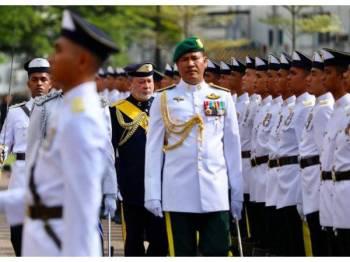 Sultan Ibrahim ketika memeriksa barisan Askar Timbalan Setia Negeri Johor (JMF).