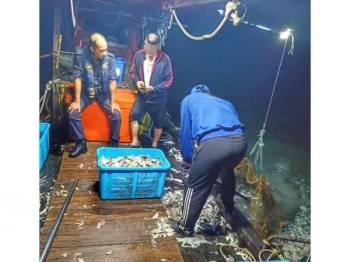 Nelayan tempatan ditahan bersama ikan pelbagai jenis ketika anggota APMM sedang melakukan rondaan awal pagi tadi.