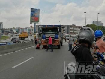 Gambar penunggang motosikal maut digilis lori yang tular di media sosial tengah hari tadi.
