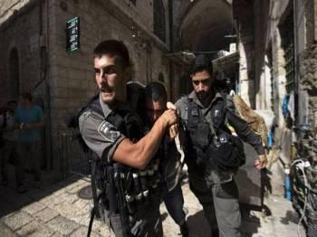 Polis Israel menahan penduduk Palestin di kawasan kejiranan al-Issawiya.di Timur Baitulmaqdis.
