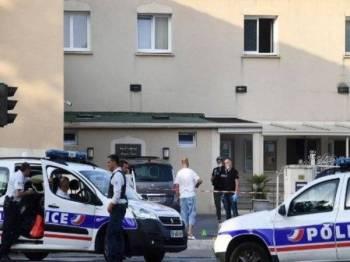 Polis berkawal di luar sebuah masjid di barat laut Perancis semalam, susulan insiden seorang penembak menembak dua individu termasuk seorang imam.