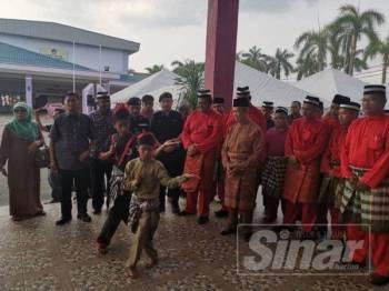 Muhyiddin ketika tiba di pekarangan dewan itu sempena sambutan Rumah Terbuka Bersatu Pahang hari ini.