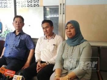 Mohamaddin (kiri) dan Ekkarat (tengah) pada sidang akhbar selepas mengadakan lawatan di sekitar wilayah Tak Bai, Thailand.