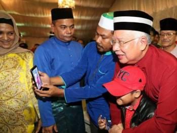 Najib bersama orang ramai pada Program Rumah Terbuka Bossku di Seksyen 7 di sini malam tadi. - FOTO FACEBOOK NAJIB