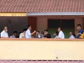 Mohd Khuzzan turut memantau tahap kualiti udara di SK Kopok bersama Pagema.