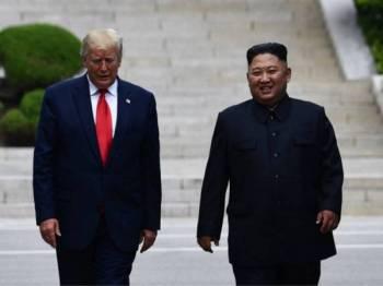 Pemimpin Korea Utara, Kim Jong-un dan Presiden AS, Donald Trump bertemu di Zon Bebas Tentera di Panmunjom hari ini. - Foto AFP