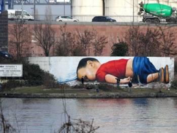 Grafiti memaparkan imej pelarian kanak-kanak Syria, Alan Kurdi di Frankfurt am Main, Jerman. - Foto AFP