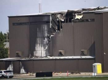 Sepuluh orang terbunuh selepas sebuah pesawat kecil jatuh ke dalam hangar ketika berlepas dari Lapangan Terbang Addison dekat Dallas pada pagi Ahad. - Foto AP