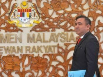 Menteri Pengangkutan, Anthony Loke Siew Fook ketika ditemui di lobi Parlimen di sini hari ini. - FOTO SHARIFUDIN ABDUL RAHIM