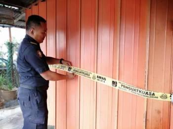 Penguatkuasa MPSJ menyita kedai yang dikesan beroperasi secara haram di Serdang Jaya 5 dan 6 hari ini.