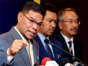 Menteri Perdagangan Dalam Negeri dan Hal Ehwal Pengguna, Datuk Seri Saifuddin Nasution Ismail (kiri) pada sidang media mengenai setahun beliau menerajui kementerian berkenaan di sini hari ini. - Foto Bernama