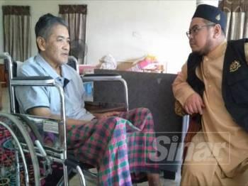 Abdullah ketika menerima kunjungan Wan Yusrizal (kanan) di rumahnya di Banggol Tok Jiring.